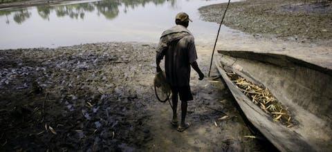 Een visser in de Nigerdelta