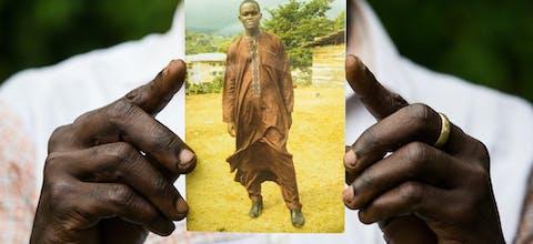 Fomusoh Ivo Feh's broer houdt Ivo's foto vast