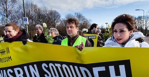 Amnesty biedt 94.549 handtekeningen aan voor de vrijlating van Nasrin Sotoudeh bij de Iraanse ambassade in Den Haag, februari 2013. In september 2013 kwam ze vrij.