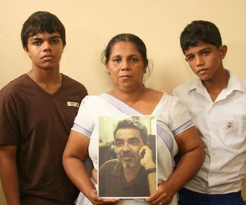 Sandya Eknaligoda en haar twee zonen. Sandya is de vrouw van de in 2010 verdwenen Sri Lankaanse journalist Prageeth Eknaligoda, die kritiek uitte tegen de regering.
