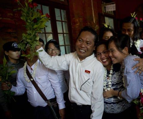 De Myanmarese studentenleiders Nandar Sitt Aung en Phyo Phyo Aung, die terecht staat, worden verwelkomd door hun familie.