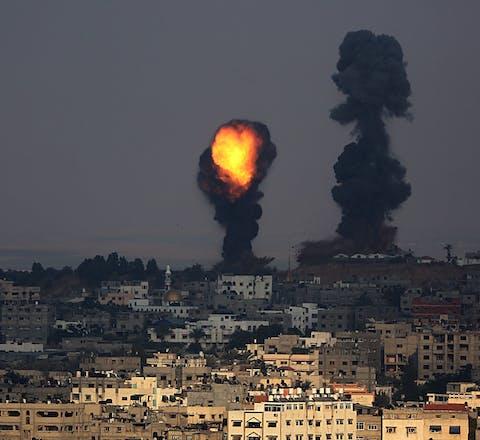 Rookwolken boven Gaza-stad in Palestijns gebied na een Israëlische luchtaanval in juli 2014