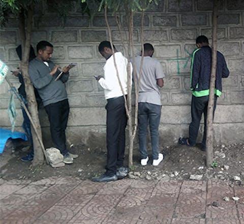 Jongeren proberen wifi-verbinding te maken in Ethiopië