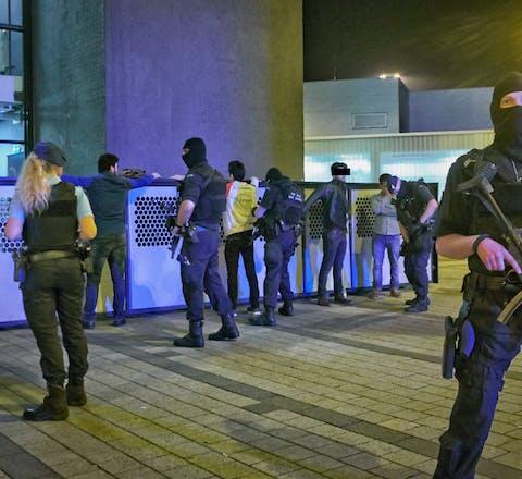Op Schiphol worden op 12 april 2016 vier verdachten gefouilleerd. Volgens de marechaussee was er sprake van een 'verdachte situatie'.