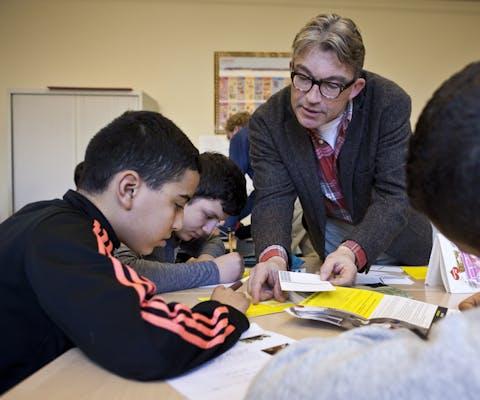 Een gastdocent van Amnesty geeft les over mensenrechten op een school in Amsterdam