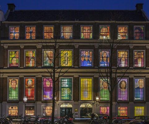 Het Amnesty-gebouw in Amsterdam tijdens de Schrijfmarathon 2017