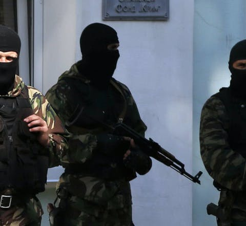 Gewapende mannen voor een belangrijk ambtsgebouw van de Tataren op de Krim.
