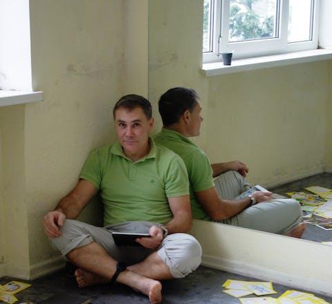 Yevgeny Vitishko met brieven van Amnesty-supporters