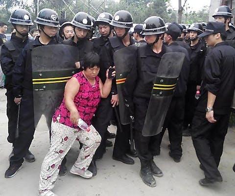 Inwoners van een dorp in de buurt van Beijing worden op 16 augustus 2013 door de politie gedwongen hun huizen te verlaten. De grond is verkocht. De autoriteiten zijn van plan een 'groene gordel' rond de Chinese hoofdstad aan te laten leggen.