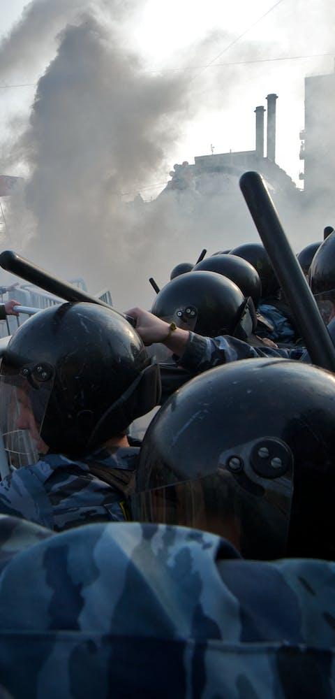 Protestanten raken slaags met de Moskouse politie bij een anti-regeringsdemonstratie in 2012