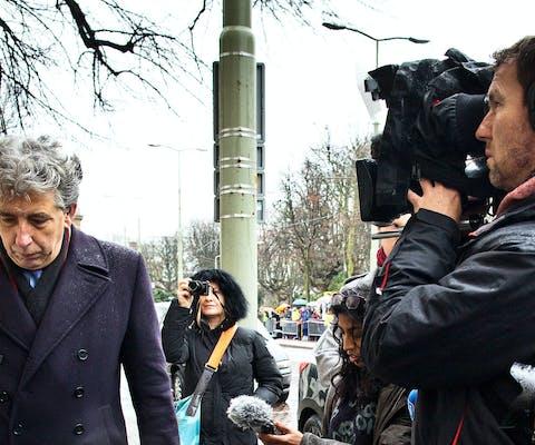 Amnesty-directeur Eduard Nazarski belt aan bij de Saudi-Arabische ambassade in Den Haag