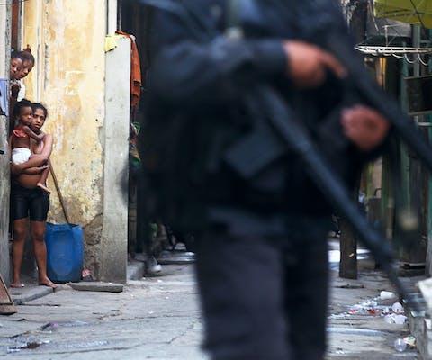 De Braziliaanse militaire politie patrouilleert in een door drugsgerelateerd geweld geteisterde favela in Rio de Janeiro