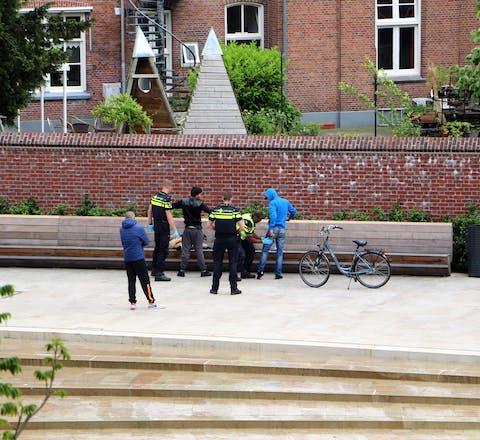 Preventief fouilleren door de politie bij een actie tegen drugsgerelateerde overlast in het centrum van Enschede. Etnische minderheden worden in Nederland vaker onderworpen aan politiecontroles dan witte Nederlanders terwijl daar geen objectieve reden voor is.