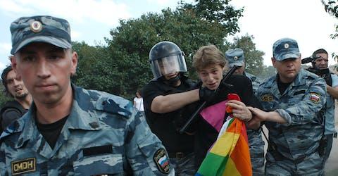 De Russische oproerpolitie arresteert homorechtenactivist Daniil Grachev tijdens een Gay Pride-evenement in Sint-Petersburg in juni 2013
