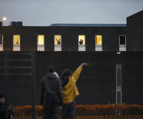 Protest tegen detentie van illegale asielzoekers bij een detentiecentrum in Rotterdam, op 13 december 2014.