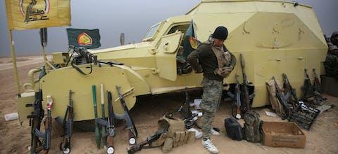 Sjiitische strijder uit Irak uit bij de stad Tal Abtah, Irak, 30 november 2016.