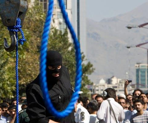 De Iraniërs Majid Kavousifar en Hossein Kavousifar werden in 2007 in Teheran opgehangen. Honderden mensen keken toe.