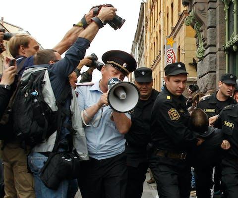 De Russische oproerpolitie arresteert een man die protesteert tegen de veroordeling van oppositieleider Alexei Navalny tot vijf jaar gevangenisstraf