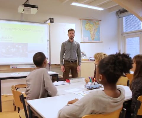 Amnesty-vrijwilliger verzorgt gastles op school