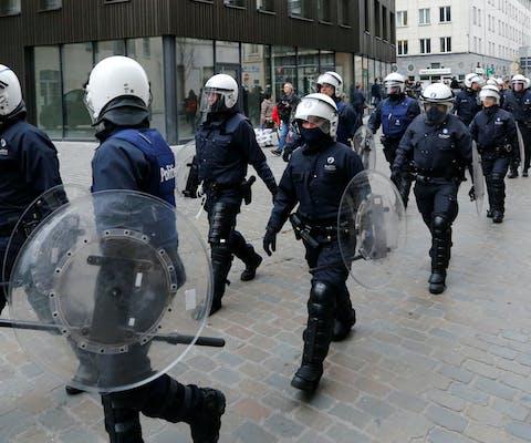 Belgische oproerpolitie door de straten van de Brusselse wijk Molenbeek, april 2016.