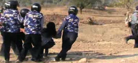 Gedwongen uitzettingen in de omgeving van de Letpadaung mijn, gefilmd door amateur. februari 2014, Myanmar.
