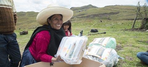 Maxima Acuña uit Peru neemt kaarten en brieven in ontvangst van de Schrijfmarathon 2016.