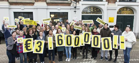 Amnesty-medewerkers bedanken de deelnemers van de Postcode Loterij