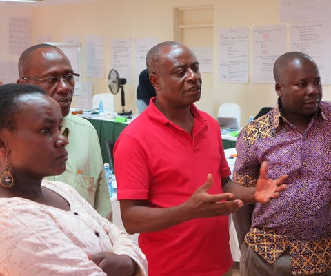 Entraîneur Koffi Aglébé en conversation avec des participants du programme