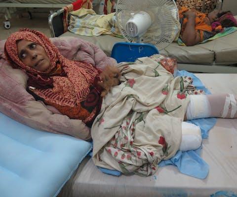 De 52-jarige Su'ud Amer verloor beide benen bij een mortieraanval toen ze water haalden bij een kraan vlakbij de Omar Ben Khattab school in Aden: 'Ik was een jerrycan aan het vullen toen ik vlakbij een explosie hoorde. [Toen] was er nog een explosie, waardoor ik in de lucht vloog. Mijn rechterbeen werd eraf gerukt en mijn linkerbeen bijna helemaal.'