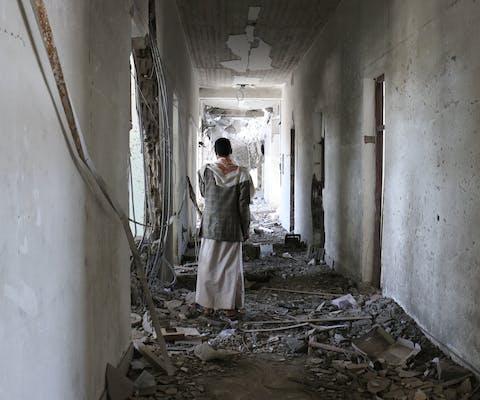 Een man staat tussen het puin van een verwoest gebouw in de provincie Sada, op 5 juli 2015.