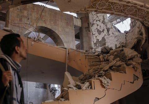 Begin januari 2016 werd het huis van Abdulhaseeb in Sanaa geraakt door een onwettige 'double tap'-luchtaanval terwijl hij en zijn familieleden sliepen. Ze konden nog net ontsnappen voordat het huis voor de tweede keer werd geraakt.