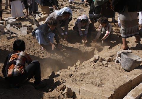 Kinderen gooien aarde op het zojuist gegraven graf van de journalist Al-Mjdad al-Mojali. Hij stierf aan verwondingen door granaatscherven die rondvlogen bij een luchtaanval door de door Saudi-Arabië geleide coalitie, in het noorden van Sanaa op 17 januari 2016. Op het moment dat hij overleed, deed hij onderzoek naar een andere luchtaanval waarbij 22 burgers waren gedood.