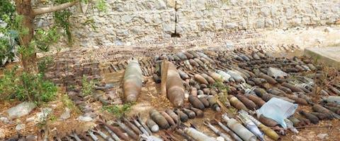Explosieve overblijfselen in de tuin van het Yemen Executive Mine Action Center (YEMAC) in Hayran.