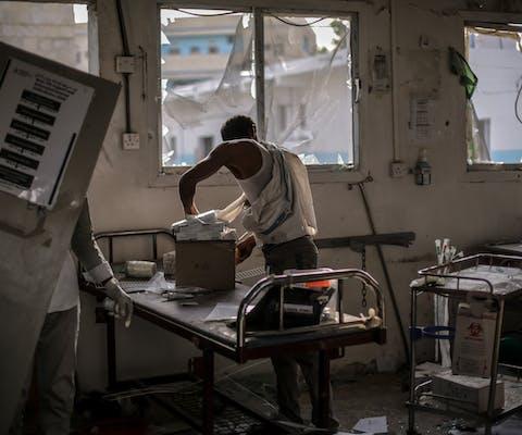Ziekenhuismedewerkers redden de onbeschadigde apparatuur en medicijnen die zijn achtergebleven in de afdeling spoedeisende hulp van een ziekenhuis van Artsen Zonder Grenzen. Het ziekenhuis werd op 19 augustus 2016 geraakt door een luchtaanval van de coalitie onder leiding van Saudi-Arabië op 19 augustus 2016.
