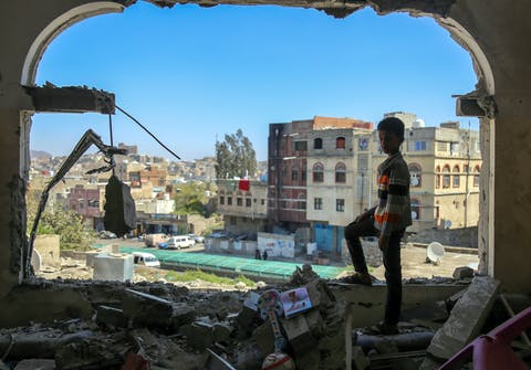 Een jongen bekijkt de schade van een mortierinslag in de zuidelijke stad Taiz, 3 februari 2016.