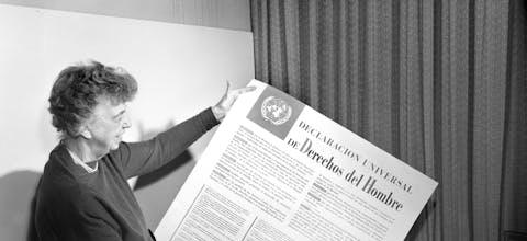 Eleanor Roosevelt houdt UVRM-poster vast