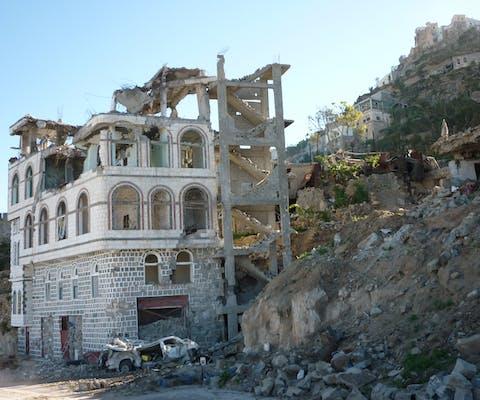 Een beschadigd gebouw in Sada (maart 2009).