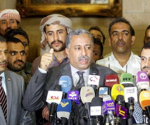 Aarif all-Zuka, secretaris-generaal van de Jemenitische politieke partij Algemeen Volkscongres spreekt de media toe na terugkeer van de vredesbesprekingen in Koeweit, juli 2016.