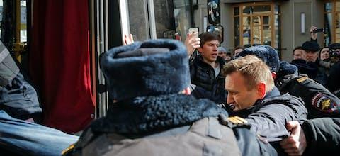 Politie-agenten pakken oppositieleider Alexey Navalny op tijdens demonstratie in Moskou