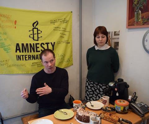 Ex-gewetensgevangene Ildar Dadin na zijn vrijlating op het Amnesty-kantoor in Moskou