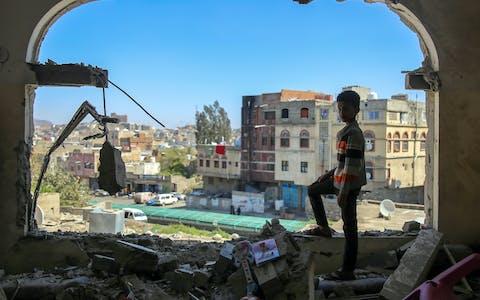 Een jongen bekijkt de schade na een mortieraanval op de Jemenitische stad Taiz in februari 2016. Alle partijen in het conflict, waaronder een door Saudi-Arabië geleide coalitie, hebben zich schuldig gemaakt aan ernstige schendingen van internationale humanitaire wetten.