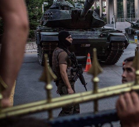 Turkse burgers schreeuwen naar soldaten die betrokken waren bij de arrestatie van vermeende coupplegers, op 16 juli 2016. De couppoging kostte aan meer dan 250 mensen het leven. De daarop uitgeroepen noodtoestand had een dramatische verslechtering van de mensenrechtensituatie in Turkije tot gevolg.