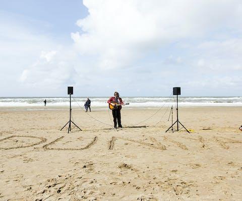 Herdenking voor verdronken vluchtelingen en migranten op de Middellandse Zee, Strand Scheveningen, 16 april 2017.