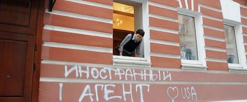 Het gebouw van de ngo 'Memorial' in Moskou is besmeurd met graffiti: 'Buitenlandse agent. Love USA'.