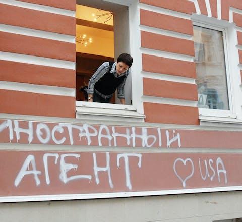 Het gebouw van de ngo 'Memorial' in Moskou is besmeurd met graffiti: 'Buitenlandse agent. Love USA' (2012).
