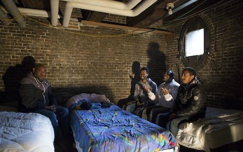 Vier mannen zonder verblijfsrecht die eerst in de Amsterdamse Vluchtkerk woonden. Hier hebben ze onderdak gevonden in de kelder van het Wereldhuis, ook in Amsterdam.