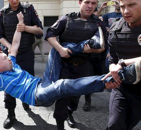 Politie pakt mensenrechtenverdediger Alexeyev op in Moskou, Ruslandd
