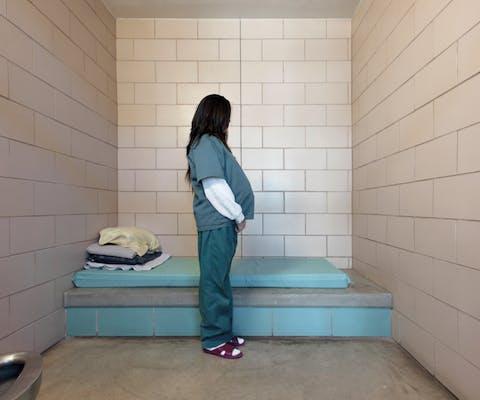 De 16-jarige CM op de behandelafdeling voor drugsverslaafden in een detentiecentrum voor jongeren. Ze is 8 maanden zwanger.