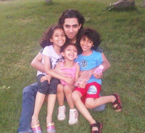 Raif Badawi met zijn drie kinderen