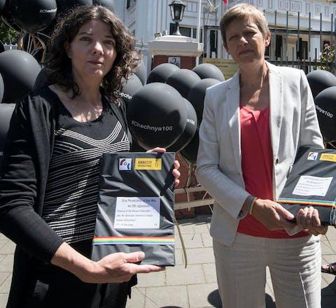 Amnesty en COC Nederland bezorgen handtekeningen bij Russische ambassade